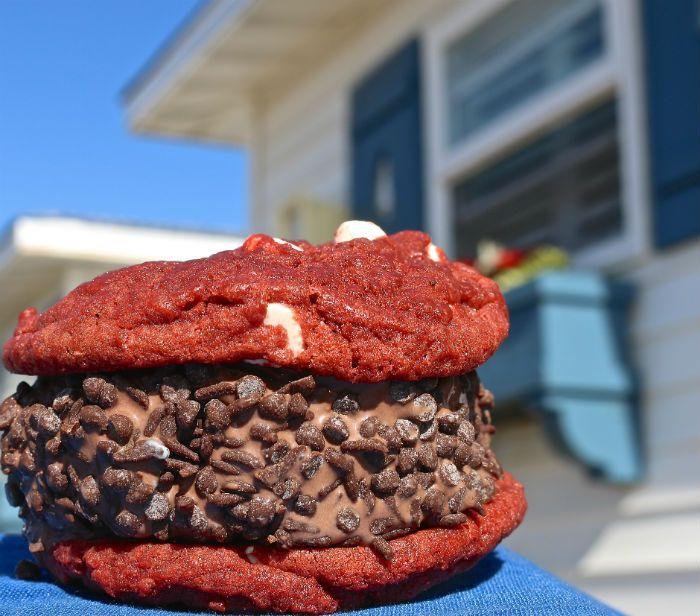 phoenixnewtimes.com Arizona Ice Cream Sandwich (USA) Un autre biscuit sandwich – mais cette fois avec une épaisse couche de crème glacée au centre. Vous les trouverez partout aux Etats-Unis, et vous aurez du mal à arrêter d'en manger une fois que vous les aurez goûté ! Un conseil : évitez de manger trop lourd avant de choisir ce dessert !
