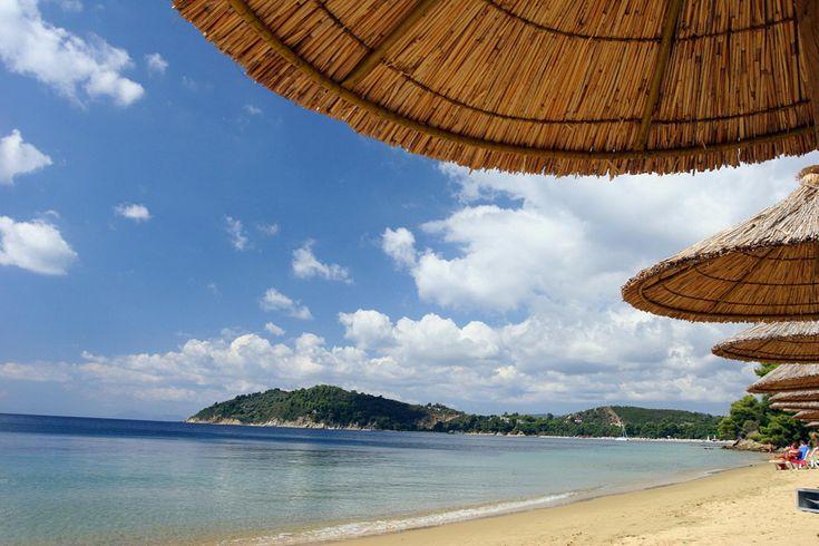 Ομπρέλες σε εξωτική παραλία της Σκιάθου