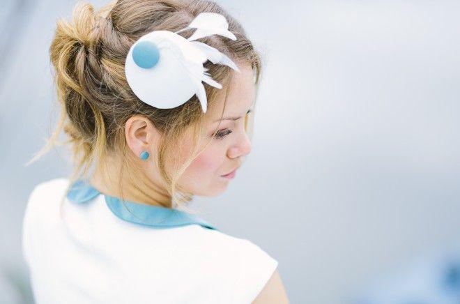 Pillbox mit Federn passend zum Brautkleid mit Bubikragen und Petticoat (www.noni-mode.de - Foto: Le Hai Linh)