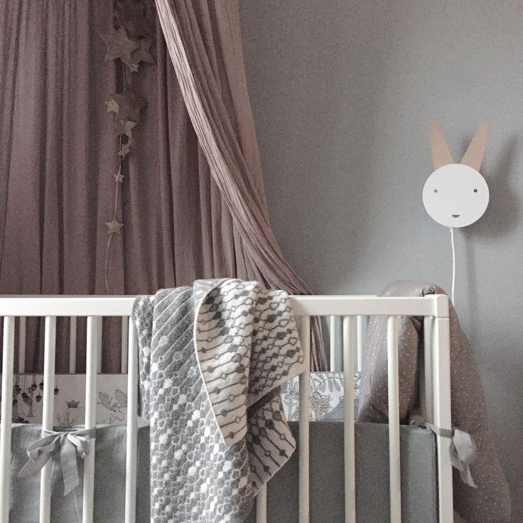 Nu har det skett en förändring inne hos baby B. I veckan blev vi med en grå sänghimmel från Numero 74 – som inte alls passade. Grå väggar i kombination med en annan nyans av grått på sänghimmel är ingen höjdare alls. Det hela slutade med att jag tog in Englas sänghimmel i färgen dusty pink i Blake's rum och en vit beställdes till E (eller B, vi får se lite). Jag har velat om detta men är nu glad att jag gjorde slag i saken. Jag är väldigt nöjd och det blir så otroligt mycket mer ombonat och…
