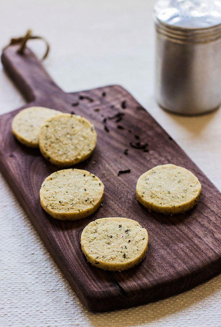 . Вынуть тесто из холодильника и нарезать на кусочки толщиной 8-9мм. Выложить печенье на противень, застеленный пергаментной бумагой, и запе...