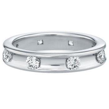 """Harry Winston(ハリー・ウィンストン)の結婚指輪、ヴォアラ・リングのご紹介です。「ほらみて!」「どうぞ」という意味のフランス語 """"Voila(ヴォアラ)""""。思わず見せたくなるような、大切な人にプレゼントしたくなるような、厳選された8粒のラウンド・ダイヤモンドを等間隔に留めたモダンなデザインのリング。【ゼクシィ】なら、Harry Winston(ハリー・ウィンストン)のマリッジリングも多数掲載中。"""