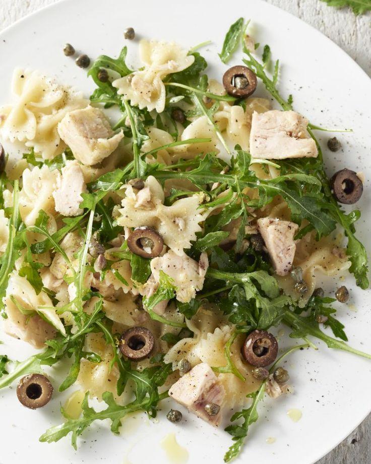 Een eenvoudige pasta voor jong en oud, die voedzaam, licht én lekker is? Zoek niet verder en probeer deze farfalle met tonijn, kappertjes, rucola en olijven!