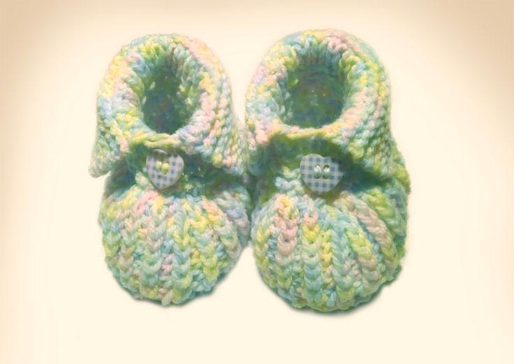 Hier findest du eine schöne Anleitung für gestrickte Baby-Booties mit einem Knopf, in denen kleine Babyfüße auch im Winter schön warm bleiben.