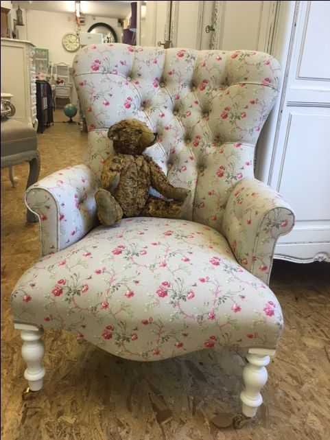 Vinnie the Vintagevibe bear wants to show you this gorgeous Rambling Rose Armchair Vinnie wants to show you this #rose #armchair new in https://vintagevibe.co.uk/product/vintage-design-rambling-rose-beige-linen-button-back-arm-chair/