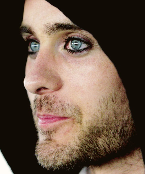 ... Jared Joseph Leto... I have see you with blue hair, with a pomegranate mohawk, with eyeliner, with painted nails... I have even see you wearing weird (butsexyashell) stuff... and I can honestly say I've loved each and every bit of it