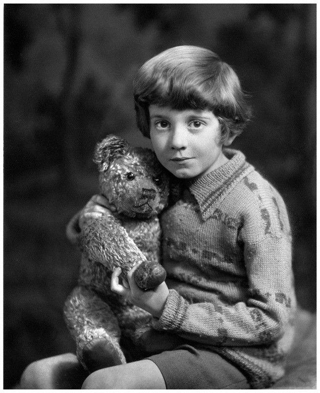 Fotó: Howard Coster: Milne kisfiával és Micimackóval, 1926 © National Portrait Gallery, London