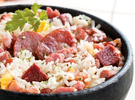 Arroz carreteiro superprático.Em uma panela grande aqueça o óleo e doure o bacon. Junte as linguiças e frite-as. 2. Acrescente a carne seca, o arroz e refogue por alguns segundos, mexendo sem parar. Tempere com o sal e a pimenta. 3. Adicione o caldo de legumes e deixe no fogo até finalizar o cozimento do arroz. 4. Desligue o fogo, mantenha a panela tampada por alguns minutos. 5. Solte o arroz com um garfo e transfira para uma travessa, misture o ovo e salpique a salsa. Sirva em seguida…