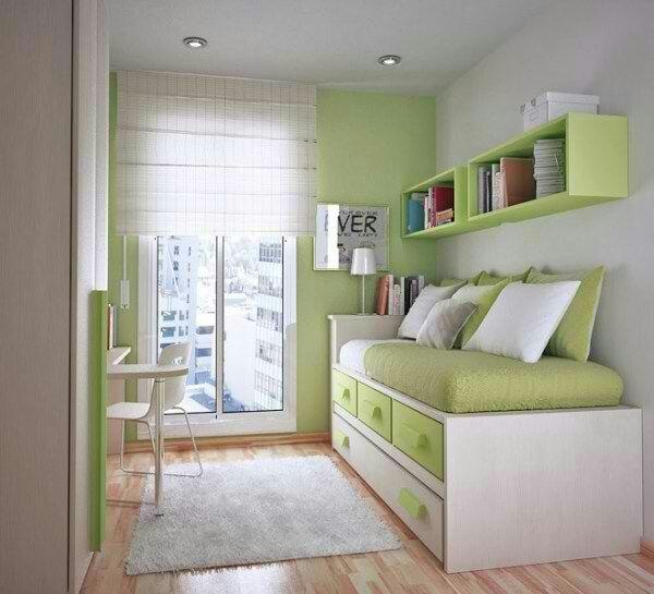 Habitación juvenil verde con estor de varillas.    Green room with roman blind