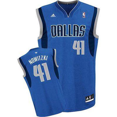 adidas Dallas Mavericks Dirk Nowitzki Kids (Sizes 4-7) Replica Road Jersey. O algo similar. Y puede ser de otro equipo o la que se personaliza.