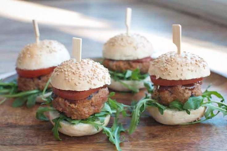 Zijn deze mini hamburgers met barbecuesaus niet schattig? Leuk als onderdeel van een buffet, tijdens de brunch of als hapje bij de borrel.