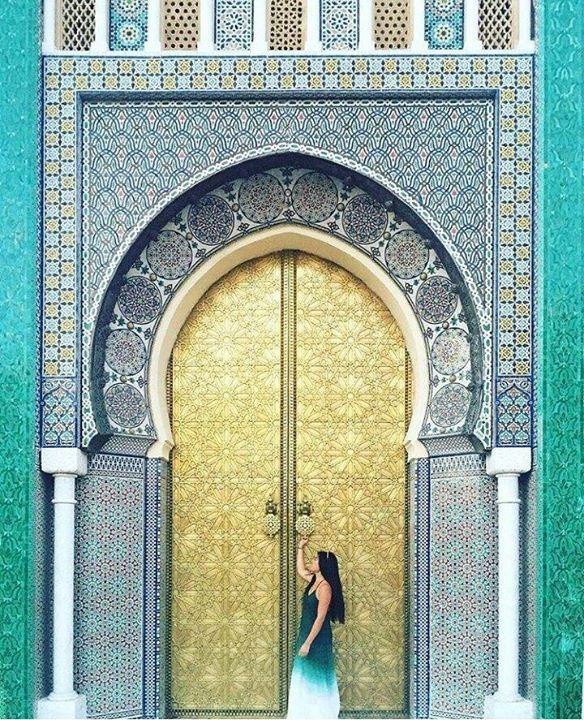 Na vida tudo é escolha é são muitos os caminhos as passagens e as portas. E não há como saber o que há por trás se não entrar se não passar. O sentido da vida é em frente. Palais Royal Fez Marrocos Foto: dxuster @OlhardeMahel @dxuster #porta #palaisroyalfes #caminho #foto #escolha #eprecisosaberviver #sabedoria #filosofiadevida #portas #vivendoeaprendendo #imagem #fotografia #olhardemahel #fpolhares #door #palace #way #photography #image #pic #choices #photo #doors http://ift.tt/2orMMBa