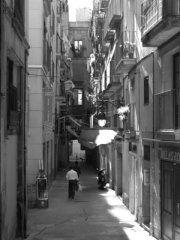 Vlies #fotobehang Barcelona - alsof je vanuit je kamer zo de oude smalle straatjes van deze Spaanse stad inloopt...