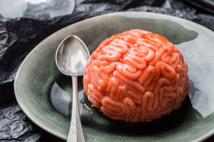 Ces cervelles sanguinolentes sont un délicieux entremet à la vanille et à la fraise pour Halloween!