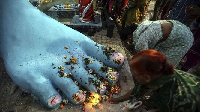 Estatua Gigante de Shiva en el Templo de Sarvadoya durante el festival de Maha Shivaratri en Bombay India.