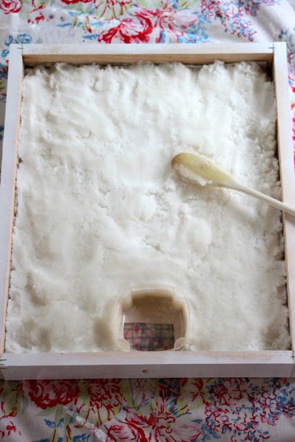 A Winter Beehive Candy Board - feeding your bees through the winter