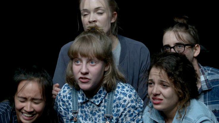 STOREN  Von Suna Gürler und Ensemble   Regie Suna Gürler Premiere am Maxim Gorki Theater am 19. Oktober 2016 Eine junge Frau erzählt: Ein älterer Typ nimmt mich über eine Mitfahrgelegenheit nach Berlin mit. Unterwegs fragt er ob ich Lust hätte ein bisschen im Wald spazieren zu gehen  Wie kommt es dass wir meinen das Ende der Geschichte zu kennen? Was ist das für ein Narrativ das davon ausgeht dass man als Frau vergewaltigt belästigt begrapscht wird? Ein Narrativ das den Beginn vorweg nimmt…