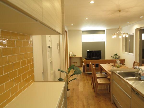 キッチン裏収納は可変型がおすすめ キッチンと一体型は使い方が固定される キッチン 黄色のタイル 家