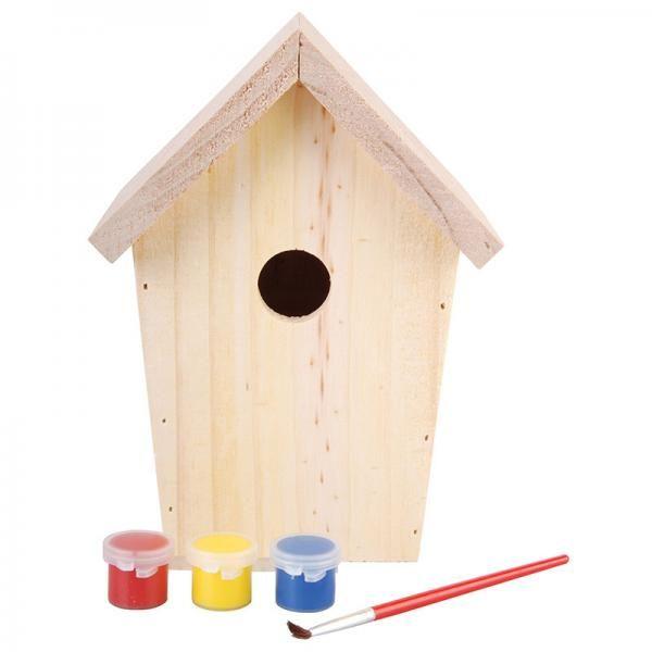 Natúr madárház piros, sárga és kék dekorációs festékkel.