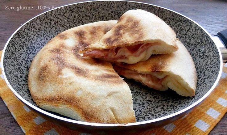 Ecco come preparare la Focaccia in padella senza glutine e senza lievitazione ,ripiena di prosciutto cotto e fette di formaggio .