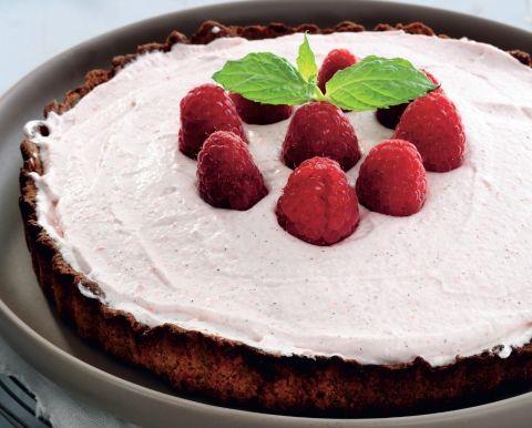 Lækker, sød mandeltærte med røde, syrlige hindbær i cremen og på toppen.