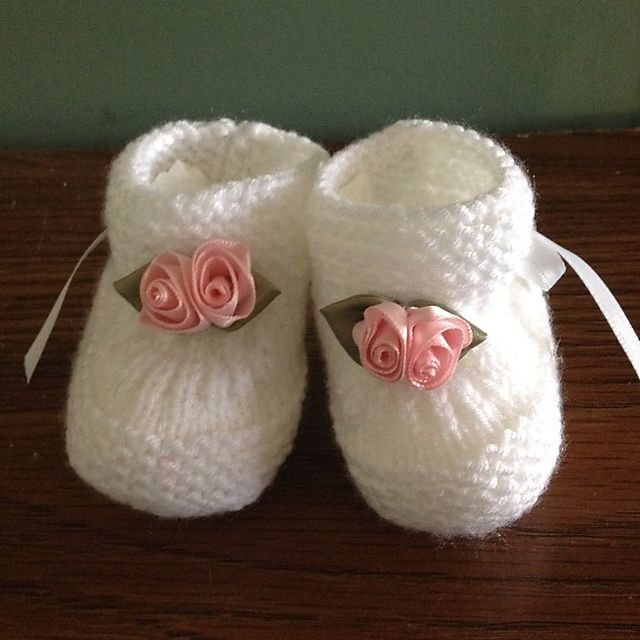 Ravelry: Project Gallery for Baby Booties with Knitted Bow pattern by Julia Noskova