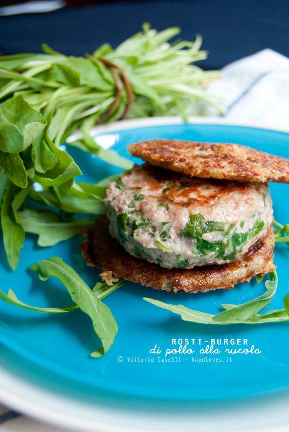 Hamburger e patatine? Sì, ma di classe!  Ecco un meraviglioso Rosti-Burger di pollo alla rucola: leggero, sfizioso e saporito  La ricetta su http://noodloves.it/rosti-burger-di-pollo-rucola/ #Rosti #Burger #Pollo #Rucola #Panino #Hamburger #Patatine #SecondoPiatto #Facile #Veloce #FastFood #Light #Gourmet #SoloCoseBuone #SoloCoseBelle #GlutenFree #Sfizio #Originale #Fusion #Ricetta #Feste