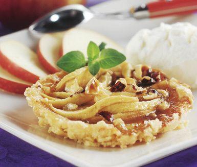 Knäckiga små äppelpajer med amarettogrädde är en förstaklassig efterrätt som garanterat kommer att uppskattas av dina gäster. Pajen har en härlig fyllning av äpple, hasselnötter och sirap och till äppelpajen serveras en gräddig kräm av mandellikör.