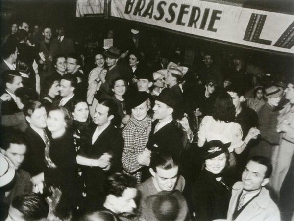 Танцы на улице в День взятия Бастилии