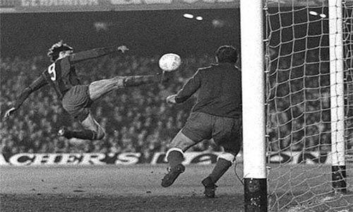 """Este gol imposible de Johan Cruyff le valió el apodo del """"holandés volador""""."""