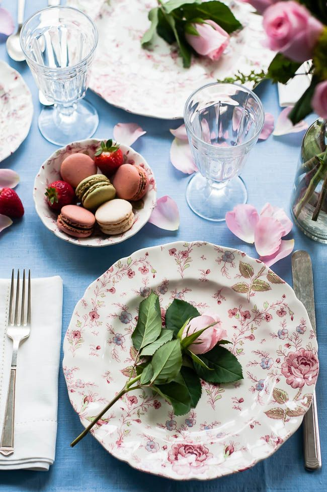 How to Create a Romantic Table Setting | http://helloglow.co/romantic-table-setting/