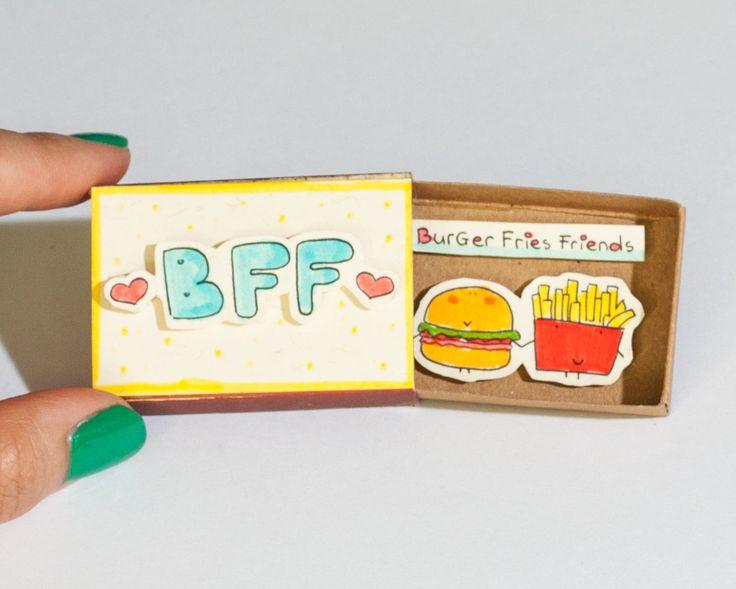 BFF Foodie vriendschap kaart  Deze aanbieding is voor één matchbox. Dit is een geweldig alternatief voor een traditionele wenskaart. Verras uw dierbaren met een schattig privébericht verborgen in deze mooi ingerichte luciferdoosjes!  Elk item wordt met de hand gemaakt van een echte matchbox. De ontwerpen zijn hand getrokken, gedrukt op papier en vervolgens de hand geassembleerd zodat elke individuele matchbox die speciale persoonlijke touch. We hebben gevonden dat deze luciferdoosjes zijn de…