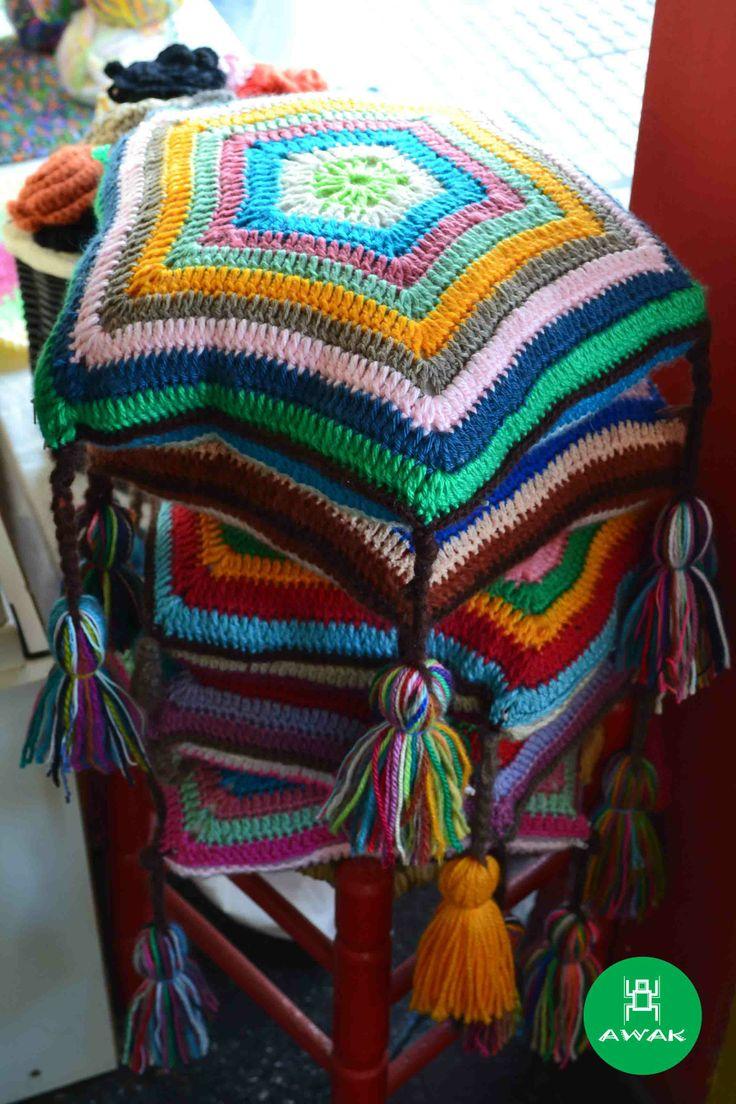 Almohadones Tejidos en crochet , diversos colores, con cierre y relleno.