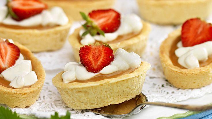 En bakelse behöver inte vara svår att göra. Tryck ut och grädda mandelmassebottnar i formar, fyll med färdig kolasmet och toppa med grädde och jordgubbar – vips har du bakelser som ser...
