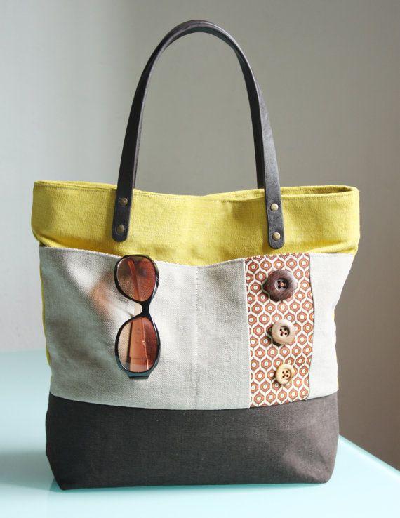 Borsa di stoffa gialla, beige e marrore con grande tasca frontale. Originale, robusta e capiente.