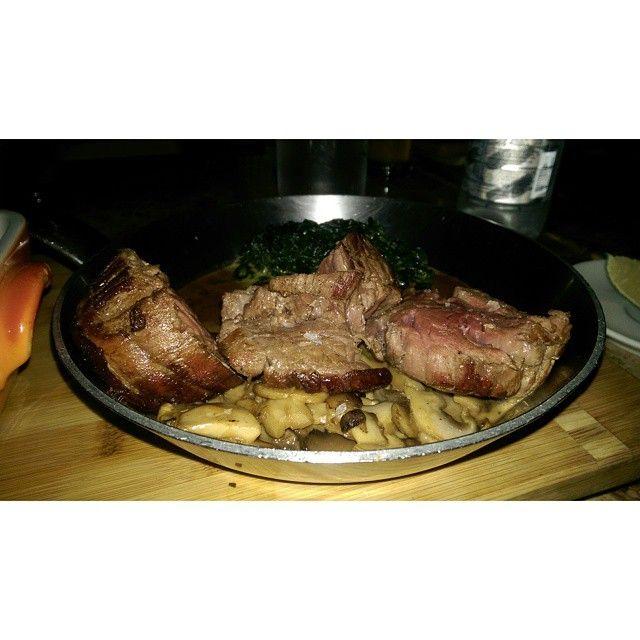 Steak con salsa de champiñones acompañado con espinacas a la crema, una reconfortante experiencia capturada por nuestros comensales.