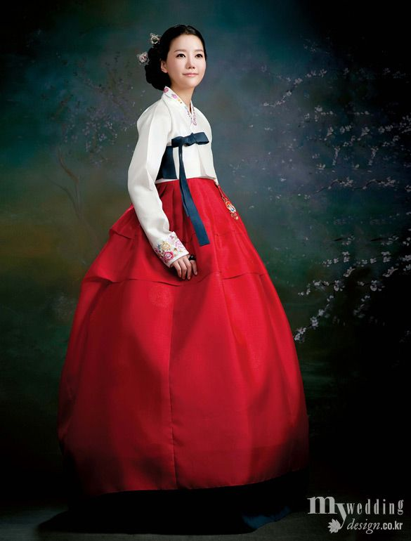 한껏 화사하게 차려입은 여인이 님을 기다리는 모습. 박미정 한복이야기의 한복은 아름다운 만남을 예고한다.