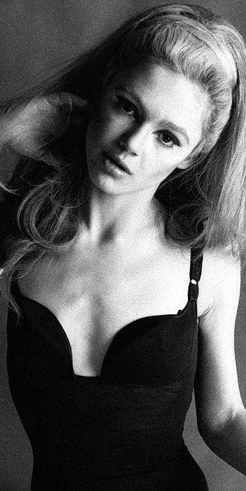 Edie Sedgwick (wearing a fall ) for Vogue Magazine photo shoot, 1966. Edith Minturn ( Edie ) Sedgwick l