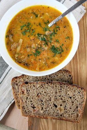 Zupa pieczarkowa w zupełnie nowym wydaniu Oparta na marchewce i selerze, z dodatkiem mleka kokosowego, z czosnkiem, curry, tymiankiem i...
