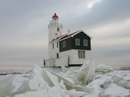 Vuurtoren (het Paard van Marken) in kruiend ijs