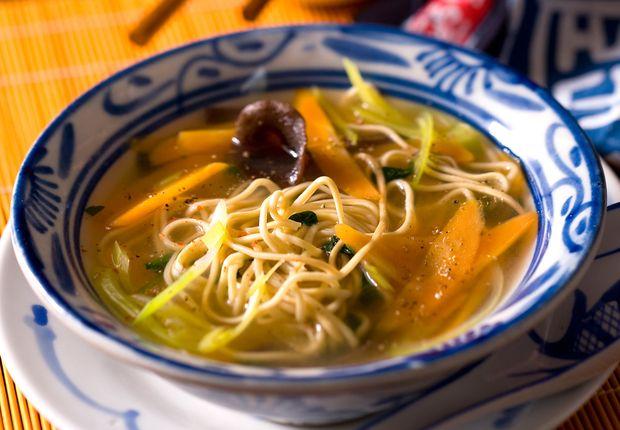 La soupe aux nouilles et aux champignons noirs