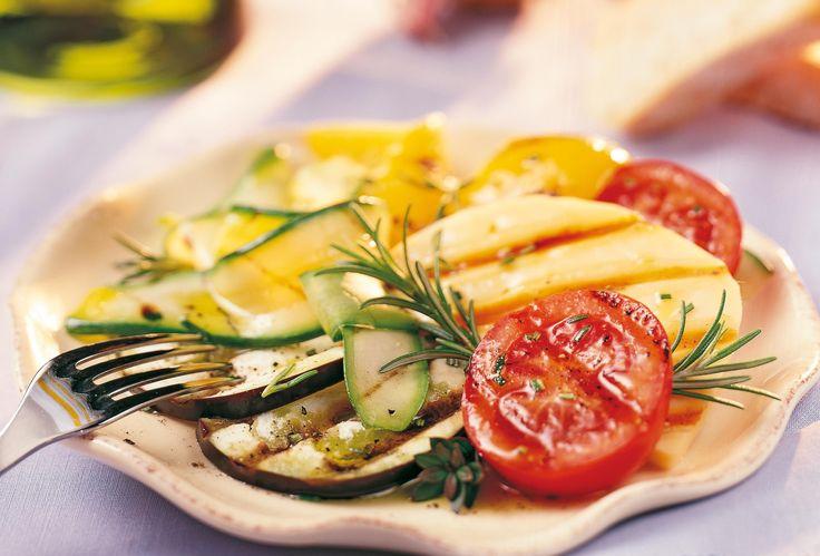 Gegrilde gemengde groenten met rozemarijn