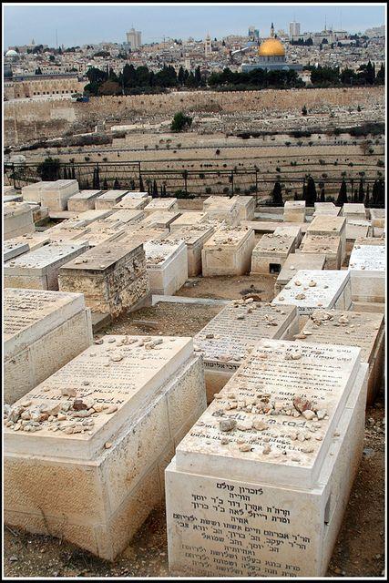 Cimetière juif sur le Mont des Oliviers à Jérusalem. Au lieu de fleurs, qui ne durent pas longtemps, les gens mettent des pierres sur les tombes pour indiquer qu'ils ont visité.