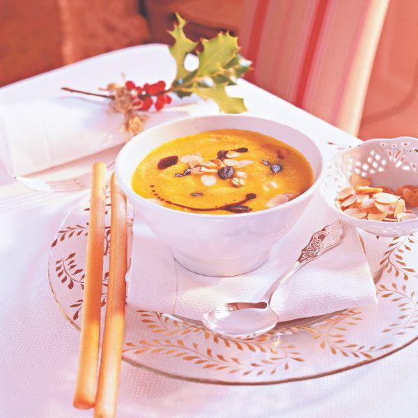 Macht Lust auf mehr: Eine fruchtig-frische Suppe aus Kürbis, Orangensaft, Ingwer und Mandelblättchen.