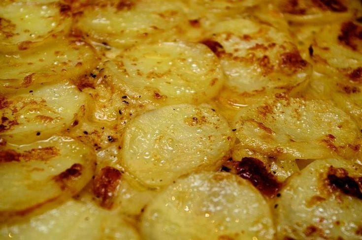 Tynde skiver kartoffel lagt i lag med mozarella og parmesan giver flødestuvede kartofler konkurrence