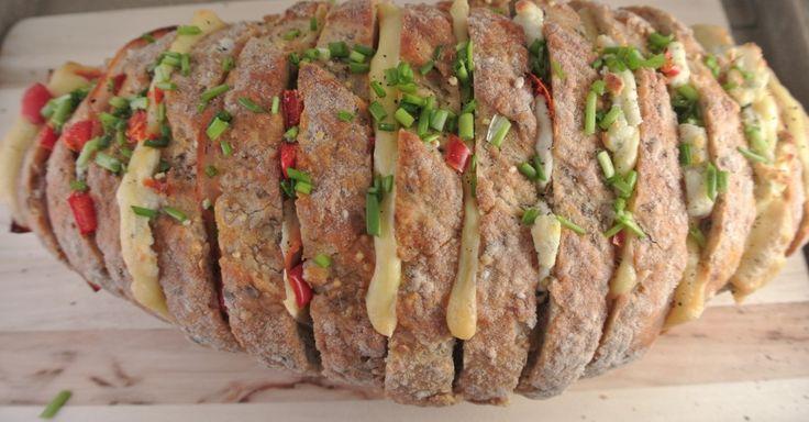 Gevuld brood met boursin, paprika en bieslook - Lekker en Simpel