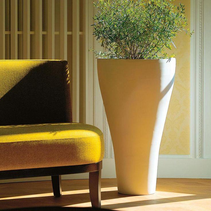 Ekskluzywna donica Conical znakomicie prezentuje się we wnętrzach. Wykonana z kompozytu bazaltowego może być postawiona na zewnątrz.