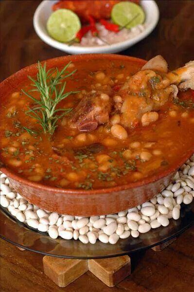 Sopa Tipica de El Salvador, de Frijoles blancos, se Le puede agregar, Costilla de cerdo, carne de Res , pollo o chorizo.