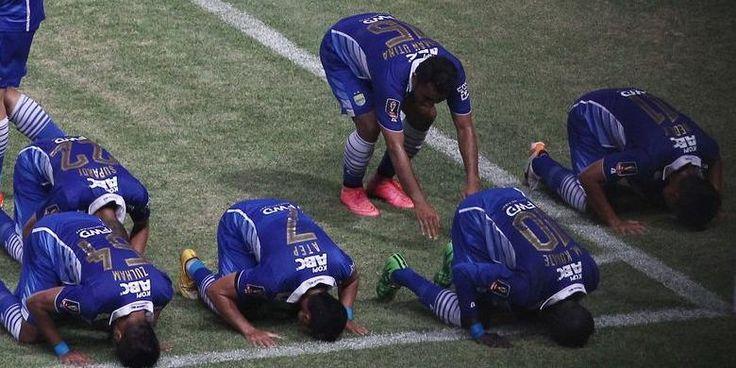 #PialaPresiden #Persib #SriwijayaFC Persib Bandung tampil menjadi juara Piala Presiden 2015 setelah mengalahkan Sriwijaya FC pada laga final di Stadion Utama Gelora Bung Karno dengan skor 2-0, Minggu (18/10/2015). Dua gol kemenangan Persib tercipta pada babak pertama. Ahmad Jufrianto membuka skor lewat tendangan bebasnya pada awal-awal laga, lalu sepakan Makan Konate pada akhir babak pertama gagal diantisipasi sempurna oleh kiper Sriwijaya FC. Te