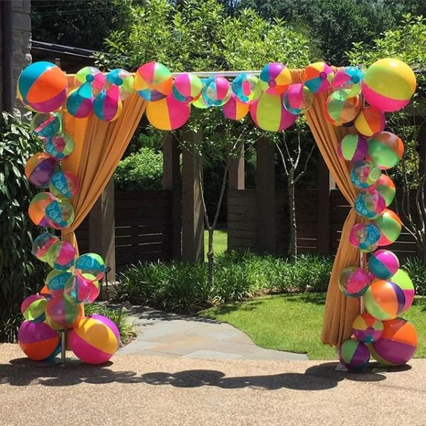 Welcoming our guests with a beach ball arch! #greygreydesigns #beachparty